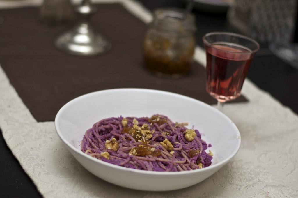 Fertig! Purple Pesto mit Apfelchutney, dazu Acolon Rosé.