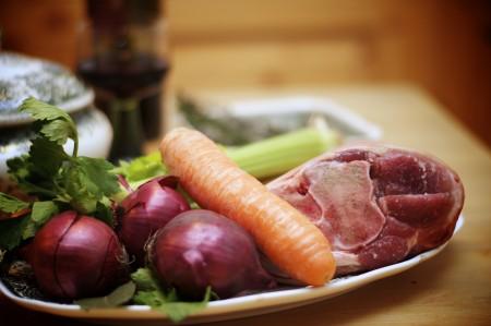 Zutaten für den Spinat-Pie: Schweinshaxe, Karotten, Zwiebeln, Sellerie